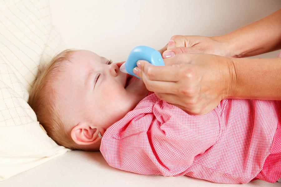 Nasensauger für das Baby im Einsatz